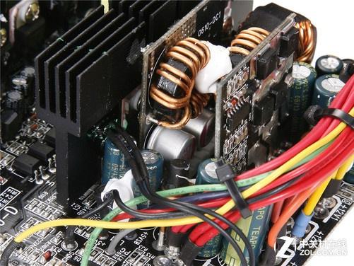 鑫谷GP700G黑金版金牌电源通过了80PLUS金牌认证。采用双管正激+同步整流+DC-DC的金牌架构,动态效能对比LLC架构有所提升,同时支持全塔背线。先进的双管正激架构、12V同步整流输出电路、5V/3.3V DC-DC低压转换线路,其中DC-DC电路采用的是全日系固态电容,鑫谷GP700G黑金使用了一枚台系105耐高温、390F更大容量的主电容,电源的断电保持时间17ms。