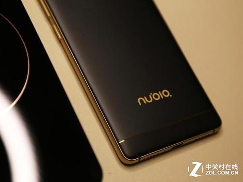 编辑点评:   这次的努比亚z11黑金版边框做的非常窄,窄到72mm,放到背