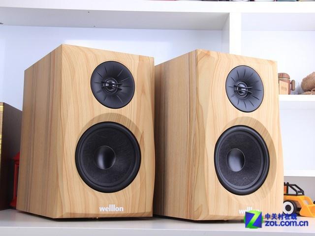 乐天下 M520 推荐理由: 造型时尚靓丽 支持音频文件解码功能 产品不足:解析力不足 适用人群:需要大功率和多功能音箱的朋友 编辑点评:乐天下 M520是一款造型时尚靓丽的桌面2.0音箱,这款音箱的箱体采用纯木材质打造,可以有效杜绝谐振和回声,让音质更加饱满和纯净;箱体的正面设计了香槟色的单元装饰条,可以很好的提升整体风格气息,摆放在桌面上能够提升家居环境气息,非常适合追求简约时尚生活的年轻人选购。  乐天下 M520 桌面2.