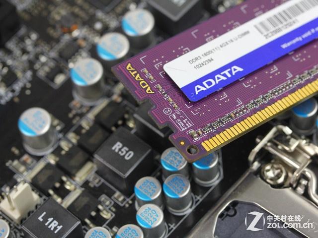 内存威刚 4GB DDR3 1600(万紫千红)插槽