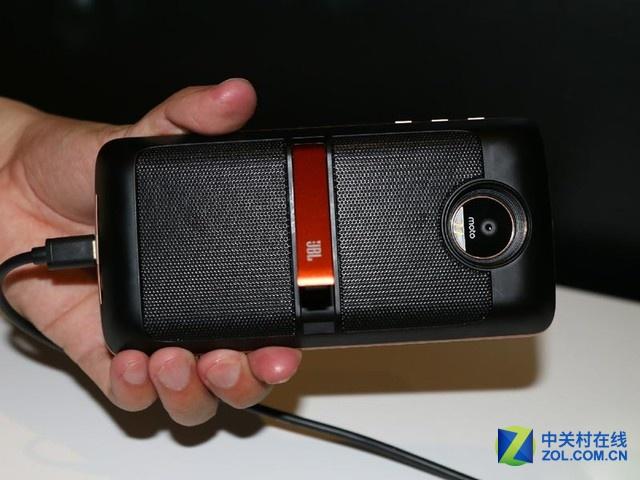 Moto Z 背面 编辑点评: 这款产品采用美铝航空级金属中框,机身厚度只有5.2mm,刀锋设计。值得一提是该机支持Moto Mods智能模块,可以搭配投影模块、电池模块、摄影模块(哈苏合作)、扬声器模块(JBL合作)和背壳模块多种个性化选项。整体来看无论是配置还是配件都十分强大。 Moto Z(行货) [产品售价] 4399元 [销售商家] 联想手机商城 [相关链接] 点击购买