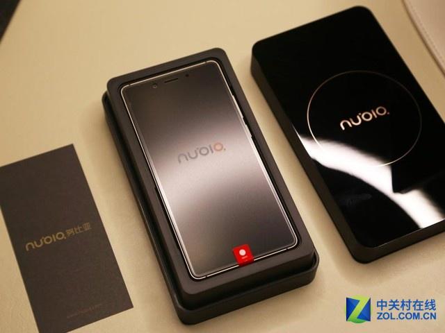 图为 nubia Z11 黑金版   整机方面,nubia Z11延续了Z9的无边框设计,但不同的是这次nubia Z11的机身更薄,整机厚度仅有7.5mm,较Z9减少了1.4mm。由于采用了高通820的SoC,Z11支持高通的QC3.0快速充电技术。在配置方面,作为今年新旗舰,如果没有新骁龙820处理器也是不好意思跟人打招呼了,Nubia Z11配备了820处理器,1600万后置+800万前置的镜头组合,电池容量3000毫安时。和之前一样,Z11支持双卡双待全网通,并且SIM卡2于TF卡槽共享,可以最